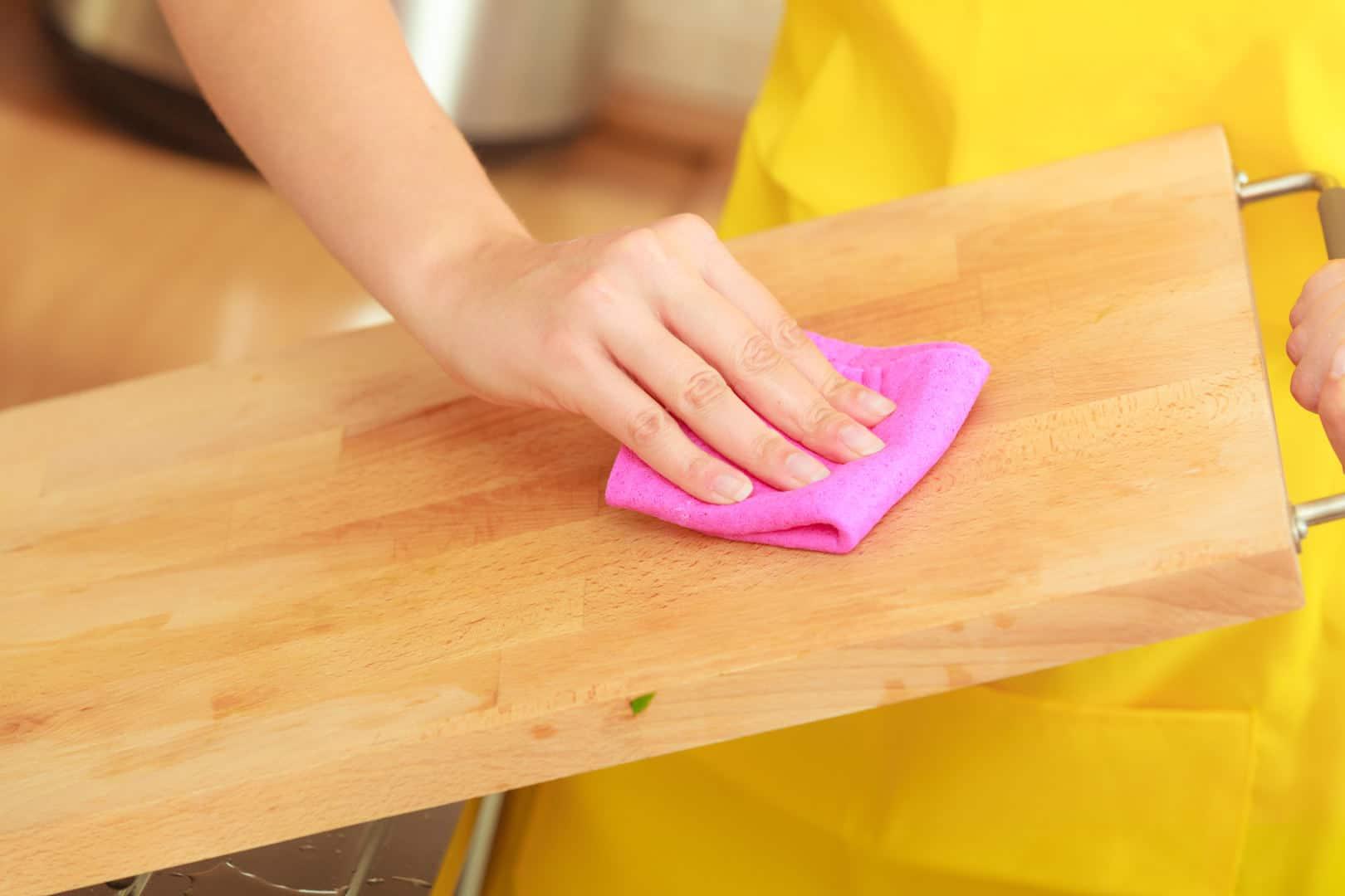 Kaip valyti medinę pjaustymo lentelę