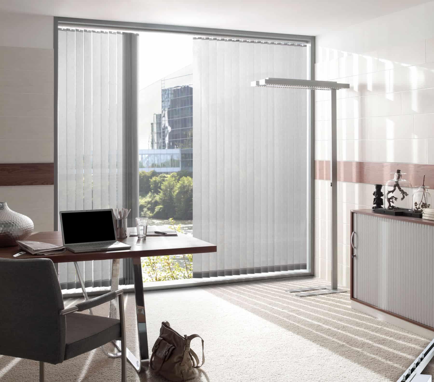 Praktiški ir stilingi patarimai, kaip dekoruoti didelius langus