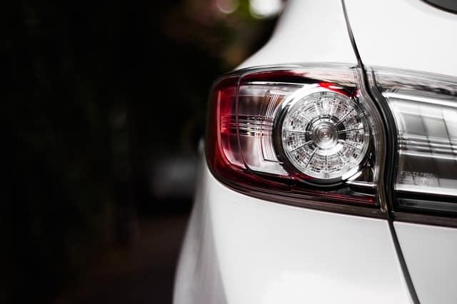 Kaip pasikeisti perdegusią automobilio lemputę pačiam?