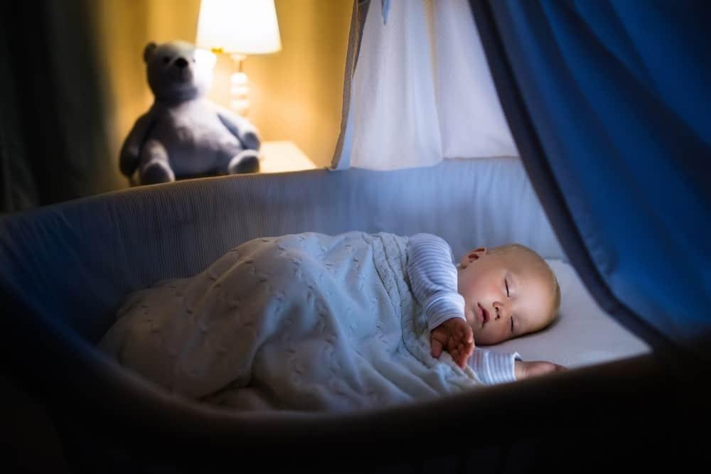 Kaip išmokyti kūdikį išmiegoti visą naktį?