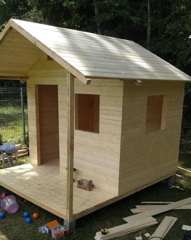 Dailylenčių montavimas - vaikiškas medinis namelis