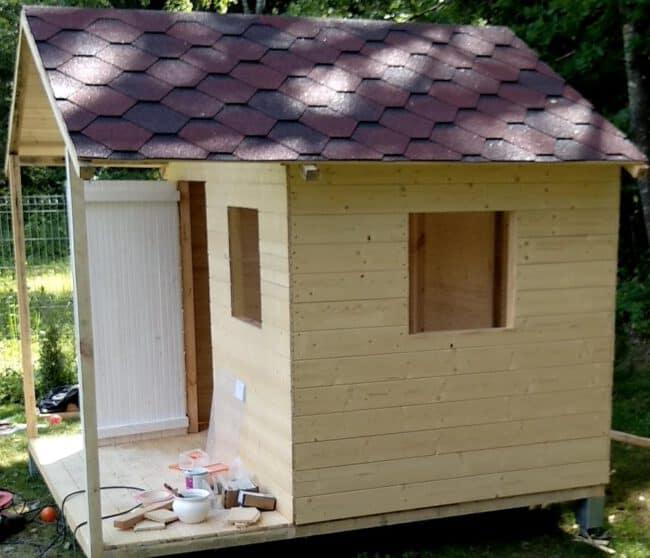 vaikiškas medinis namelis stogo danga